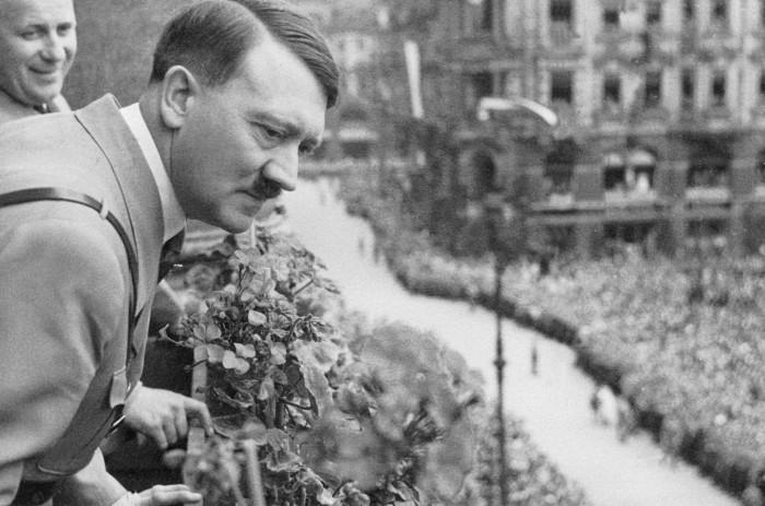 Адольф Гитлер на многотысячном митинге.