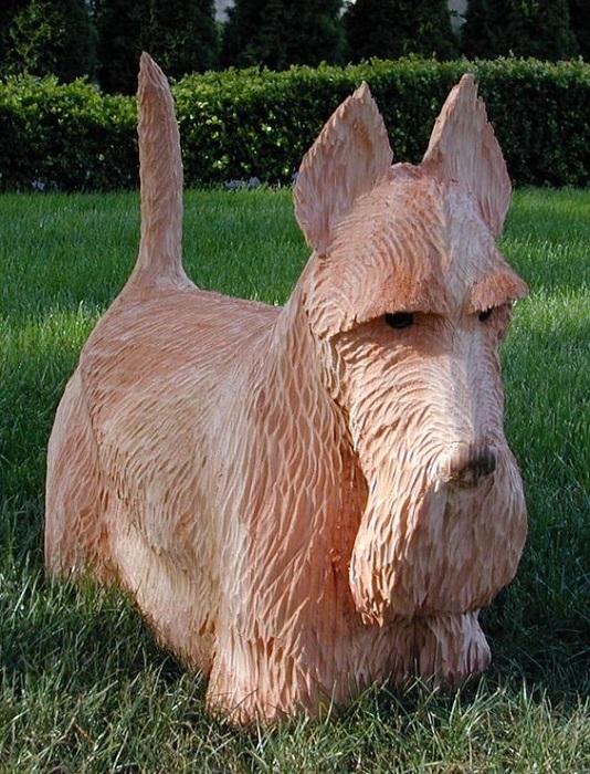 Скульптура скотчтерьера мастерски вырезана из цельного куска дерева Бобом Кингом (Bob King) при помощи бензопилы. | Фото: pinterest.com